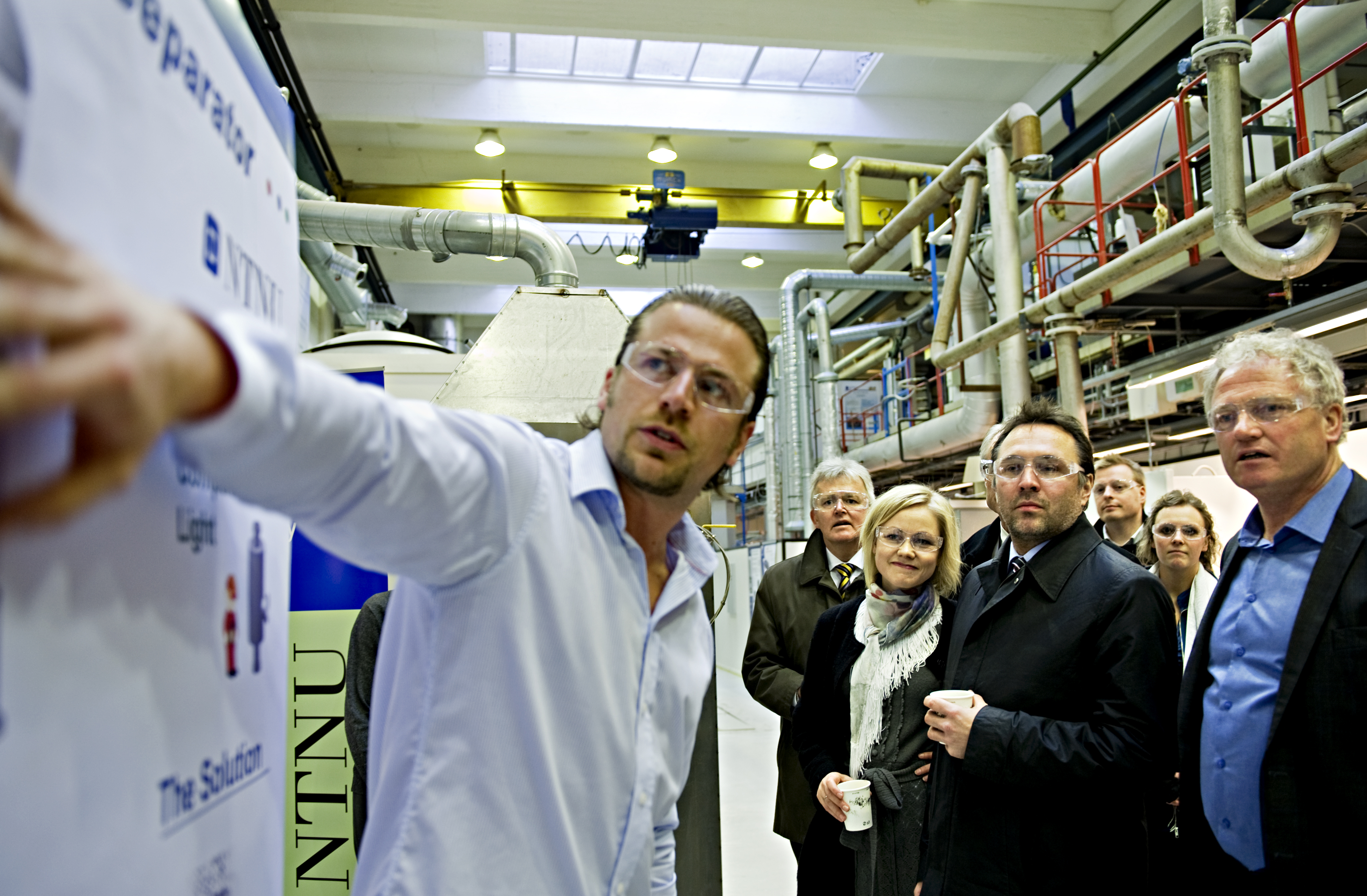Sondre Jacobsen (CEO InnSep AS, far left) in the NTNU laboratories discussing the challenges of bridging the gap between basic research and commercial applications of clean technology with Johan Hustad (Pro-Rector for Innovation at NTNU, far right) and Tore Sandvik (County Mayor, second from right). Picture courtesy of NTNU